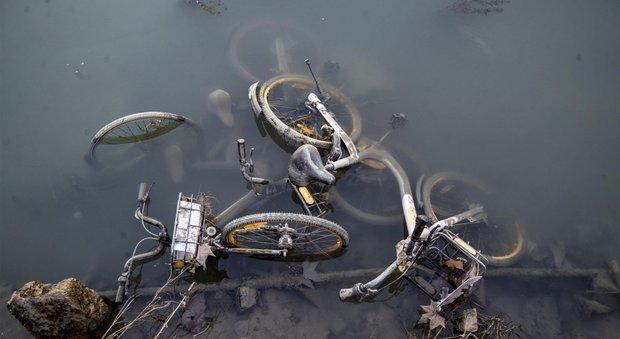 Roma le bici del bike sharing buttate nel tevere la for Uffici virtuali roma