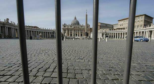 Roma, a San Pietro minaccia passanti con il coltello. Urlava: «Vi ammazzo tutti». Trovate otto lame nello zaino