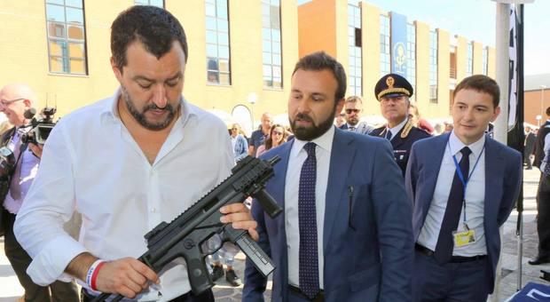 Salvini: Pasqua col mitra in mano. Saviano: