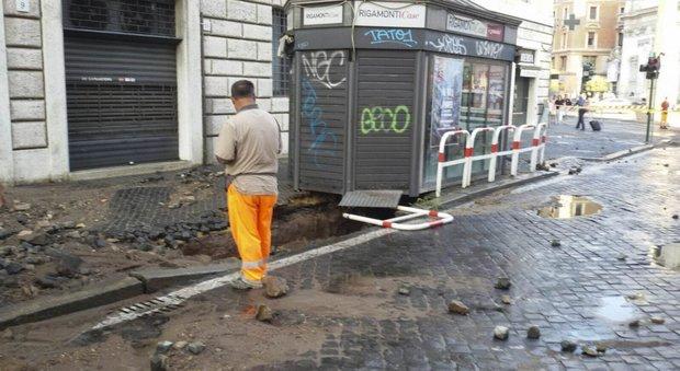 Roma, si rompe una tubatura a San Pietro: si apre una voragine