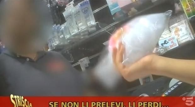 Reddito di cittadinanza, la card usata a Caserta nei sexy shop: lo scoop di Striscia la Notizia