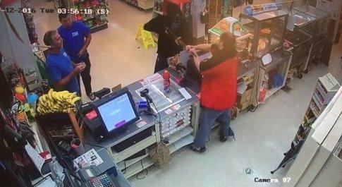 Una scena della tentata rapina ripresa dalla telecamera di sicurezza del supermarket (foto dal Dipartimento di Polizia di Frederick)