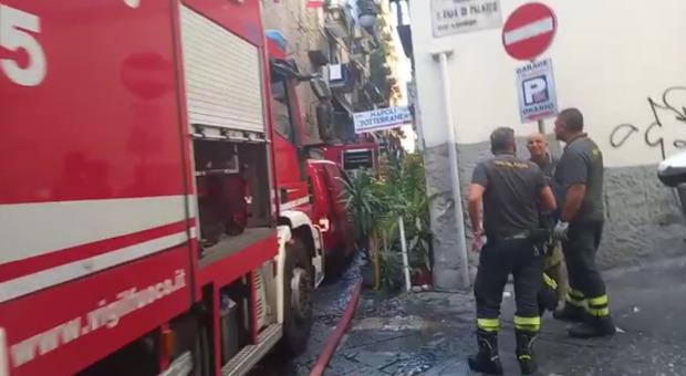 Napoli: fiamme e paura ai Quartieri spagnoli, auto in sosta bloccano i soccorsi