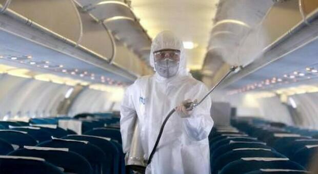 Rifiuta di indossare la mascherine in aereo, hostess aggredita perde due denti