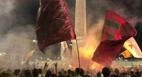 Roma, tifosi a piazza del Popolo per festeggiare i 94 anni della nascita del club