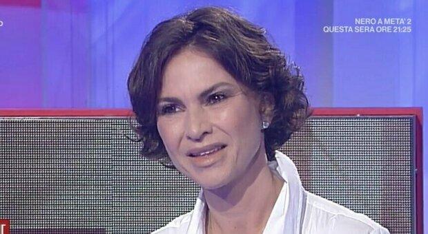 Covid, Ramona Badescu in lacrime: «Mio padre sta male, ma non posso raggiungerlo»