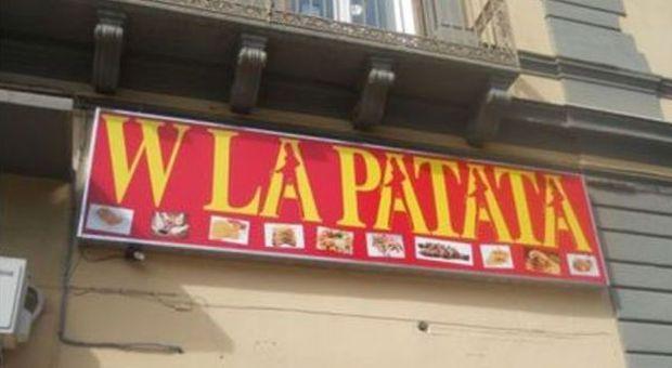 «W la Patata», l'insegna della friggitoria a Taranto fa discutere. La foto fa il giro del web