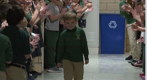 Leucemia, bimbo di 6 anni guarisce: gli amichetti a scuola lo accolgono come un eroe