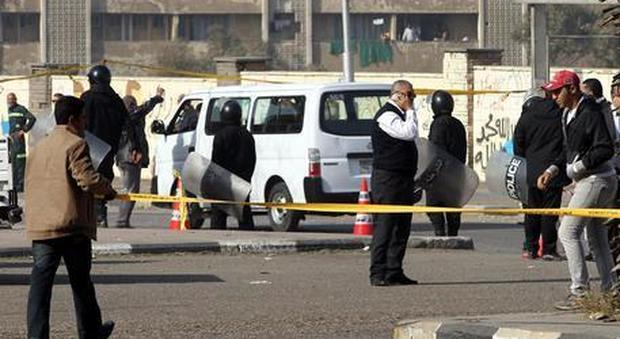 Egitto, attacco a bus di cristiani: «Almeno 35 morti, molti bimbi»