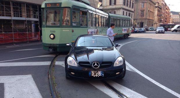 Roma, parcheggia l'auto sui binari e blocca il tram. I turisti fotografano l'inciviltà