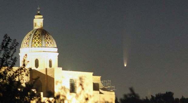 8 luglio 2020, La cometa Neowise sorge dietro la Cattedrale di Oria alle 4:12 Foto Giuseppe Donatiello