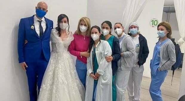 Sposi all'hub vaccinale in abiti da cerimonia: il marito fa la seconda dose dopo il matrimonio