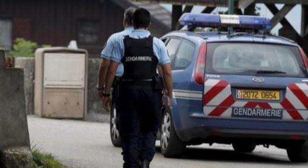 Francia, uomo ferisce a coltellate una donna e le sue tre figlie: «Avevano abiti troppo leggeri»