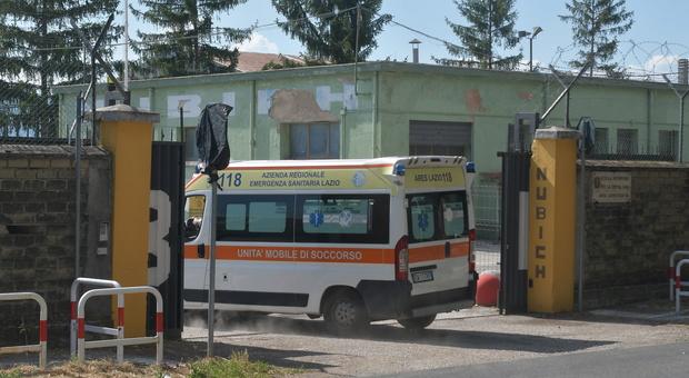 Alla cittadella Nubich militare finisce sotto una pesante ruspa: trasferito in eliambulanza al Gemelli è cosciente, i carabinieri stanno interrogando i testimoni