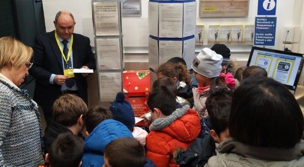 Rieti, gli alunni della Minervini scrivono a Babbo Natale: l'iniziativa di Poste Italiane