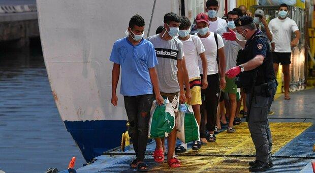 Migranti, tornano a Lampedusa dopo l'espulsione: arrestati 19 tunisini