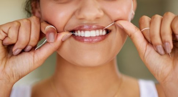 Prima il filo e poi lo spazzolino, la pulizia perfetta dei denti