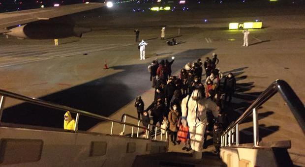 Coronavirus, gli italiani si imbarcano nell'aereo che li riporta in Italia dalla Cina: «Si torna a casa»