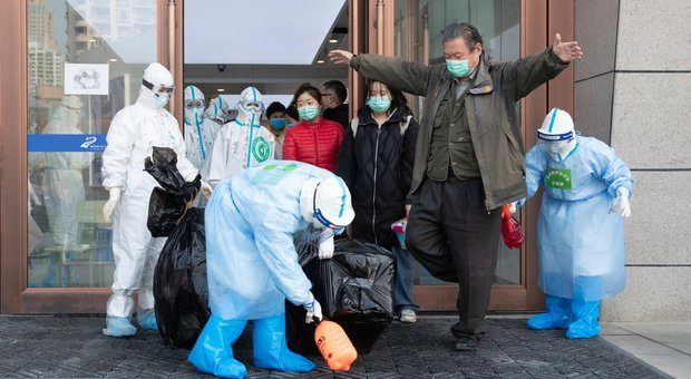 Coronavirus a Napoli, sputa in ospedale contro dottoressa e infermiere: costretti in quarantena
