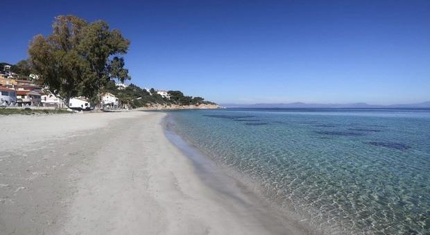 Sardegna, spiagge aperte ma quarantena per chi arriva. Per i turisti piano tamponi e passaporto sanitario