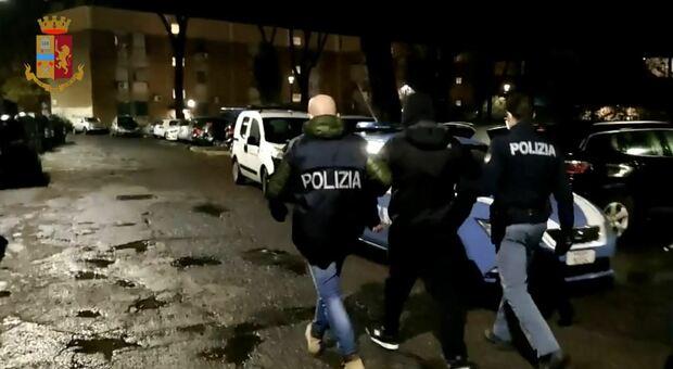 San Basilio, vedette, pusher e orari come un negozio: 11 arresti