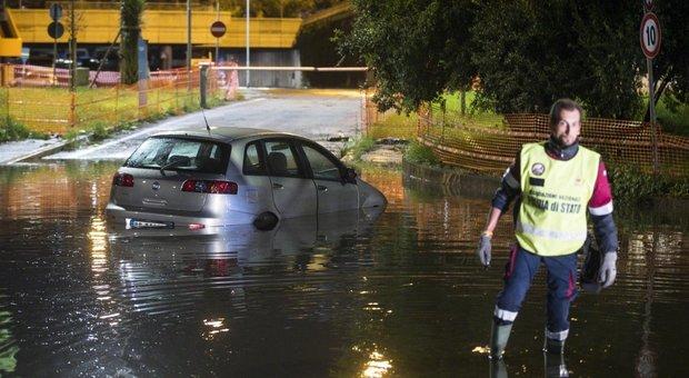 Nubifragio a Roma: strade allagate, persone intrappolate nelle auto. E il sindaco Raggi si scusa su Fb