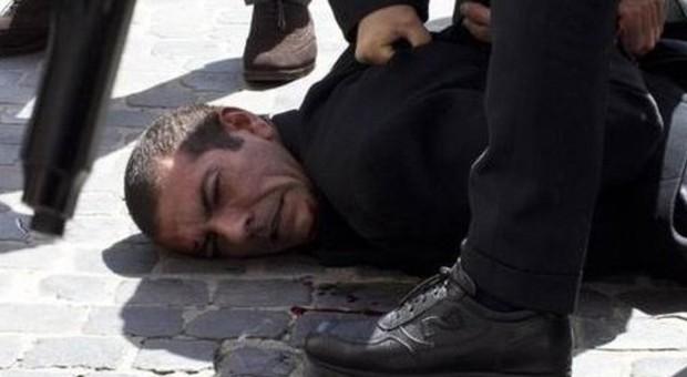 Luigi Preiti alcuni momenti dopo aver aperto il fuoco davanti a Palazzo Chigi