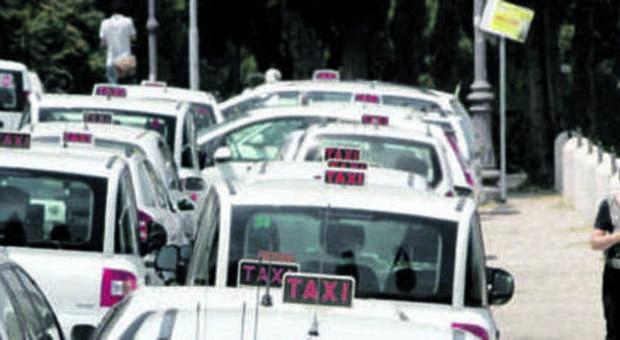 Roma, il tassista buca e chiede il conto al cliente obeso: 50 euro in più per la gomma da cambiare