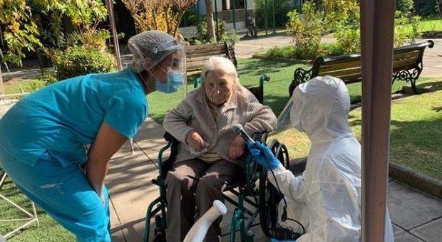 Covid, una donna cilena di 111 anni guarisce dopo una doppia quarantena: