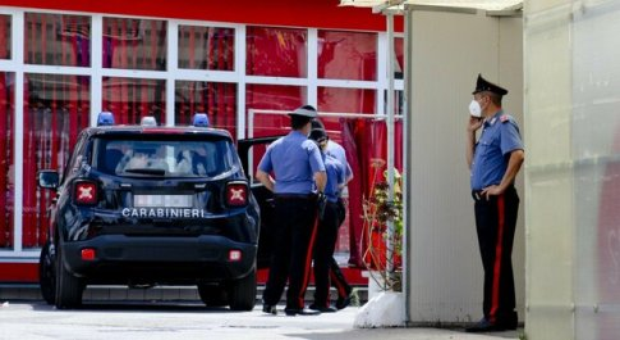 Uccisa nel parcheggio di un supermarket a Somma Vesuviana: accoltellato anche un altro passante