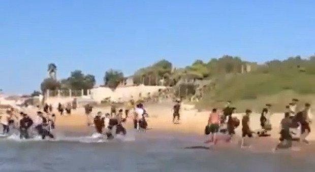 Migranti, nuovo sbarco a Marina di Ragusa, il video pubblicato sui social da Matteo Salvini