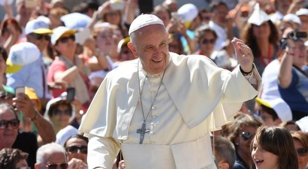 Il Papa va a visitare a sorpresa un gruppo di ex preti per conoscere le loro famiglie