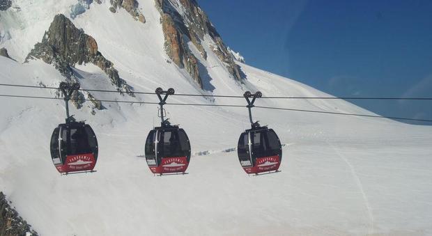 Monte Bianco, cento persone bloccate a 3mila metri: funivia rotta