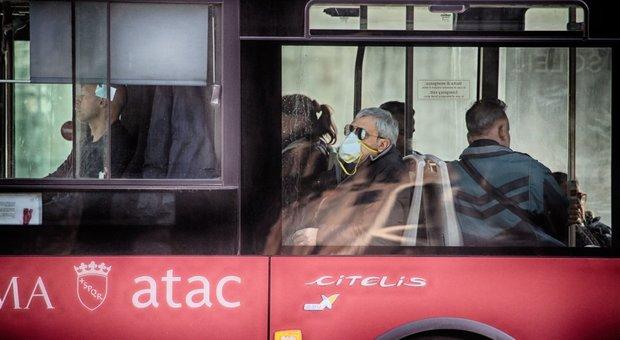 Bus con passeggeri contingentati, multe a chi non rispetta le distanze