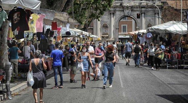 Roma, Porta Portese torna al pre-Covid: file e assembramenti senza mascherine