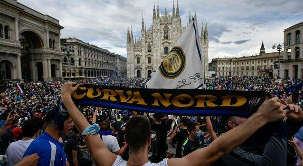Inter campione d'Italia, festa scudetto a Milano: maxi-assembramento di  tifosi al Duomo