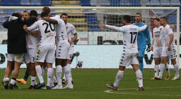 Il Benevento fa lo scherzetto al Cagliari: 2-1 in rimonta alla Sardegna Arena