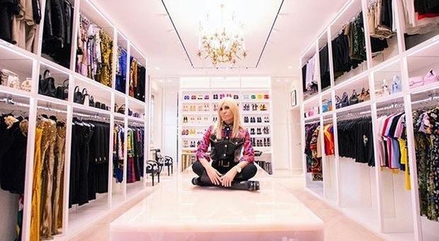Guardaroba Di Paris Hilton.Donatella Versace Apre Il Suo Guardaroba Su Instagram C E Anche