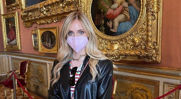 Chiara Ferragni a Firenze: visita a Palazzo Pitti e selfie fra Canova e Raffaello