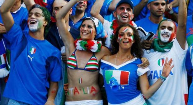 Chiara Appendino, la foto della sindaca (in bikini tricolore) 15 anni fa per Italia-Francia. «Che fine ha fatto il costume?». La risposta è virale