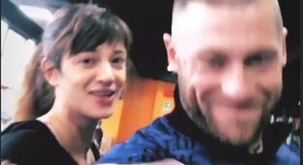 Asia Argento bacia un uomo misterioso, che non è Fabrizio Corona