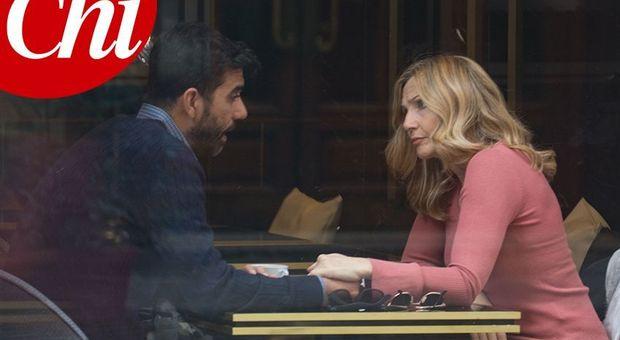 Lorella Cuccarini: chi è lo sconosciuto misterioso che le tiene la mano?
