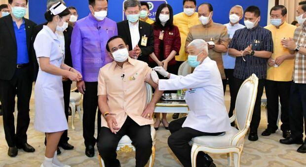 Astrazeneca, il premier della Thailandia si vaccina per rassicurare la popolazione