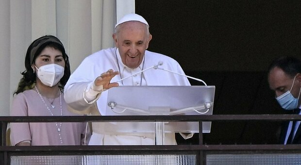 Papa Francesco, l'Angelus dal Gemelli dopo l'intervento: «Salvare il servizio sanitario gratuito, anche la Chiesa lo faccia»