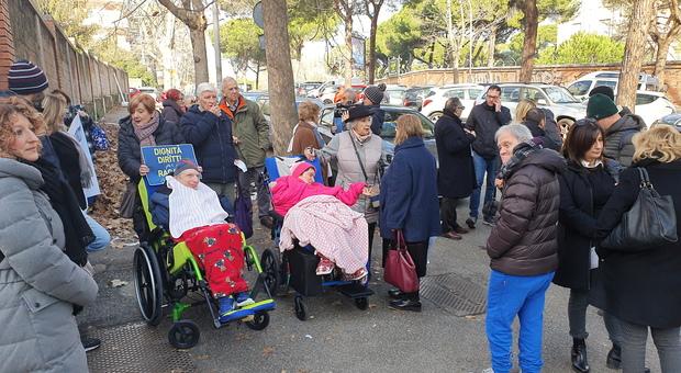 Roma, il centro per disabili è in stato di abbandono, la protesta dei familiari