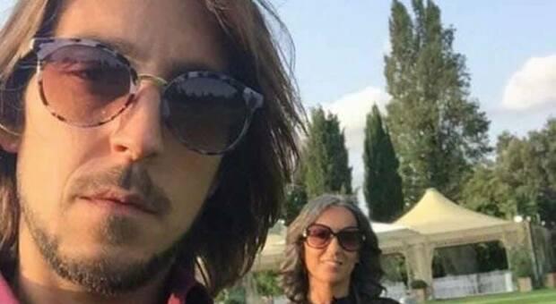 Emanuele Tiberi, ucciso due anni fa dal pugno sferrato da Cristian Salvatori. Sullo sfondo della foto, mamma Simonetta