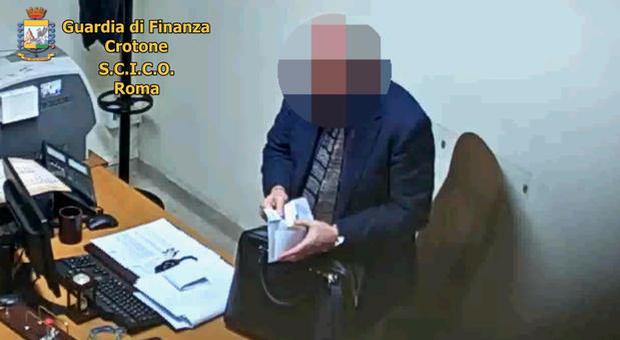 Magistrato arrestato: sesso, soldi e gioielli in cambio di sentenze aggiustate in Calabria