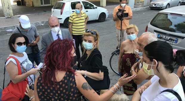 Ferro di cavallo, protesta contro il degrado in nome di Simona. Il vice presidente della regione Abruzzo Domenico Pettinari durante a protesta a Rancitelli