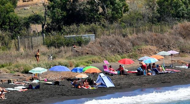 La spiaggia delle Sabbie Nere: il cadavere dello straniero notato in acqua da alcuni bagnanti
