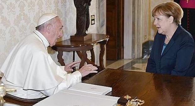 """I vertici Ue in udienza dal Papa: Bergoglio riceve il """"Carlo Magno"""""""
